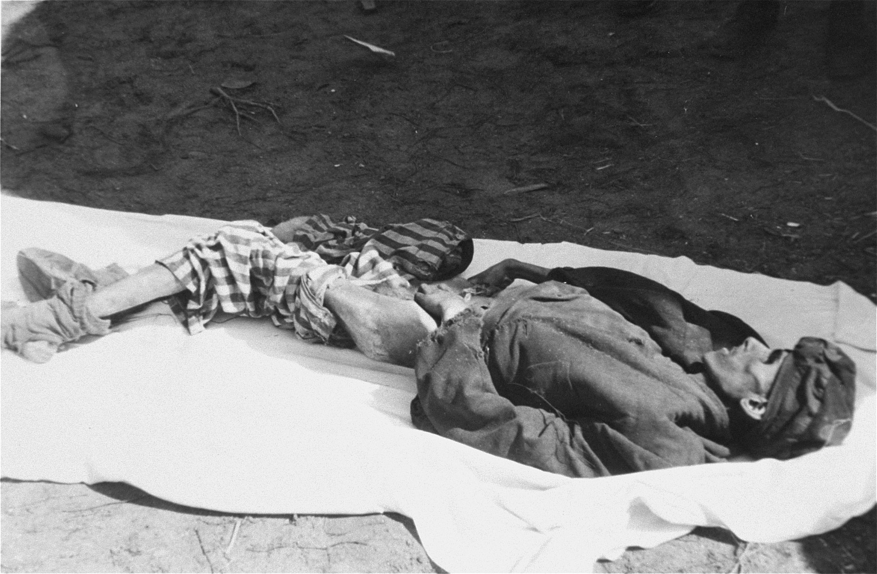 The corpse of a man in Woebbelin who died of starvation.