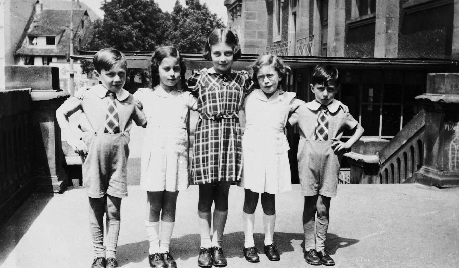 Five Jewish cousins pose together in Colmar, France.  Marianne Schwab is in the center.  Her twin brothers, Pierre and Louis are on the ends and her cousins are in-between them.