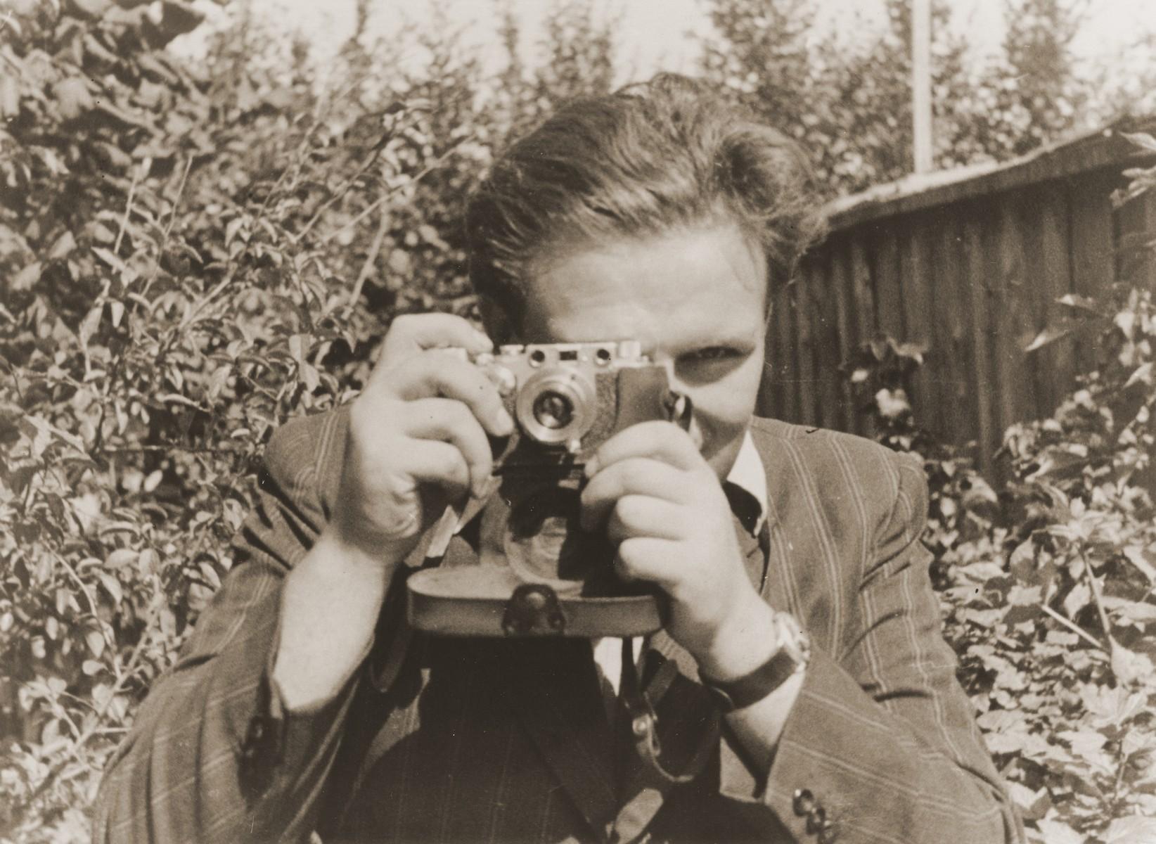 Self-portrait of photojournalist Izik Sutin.