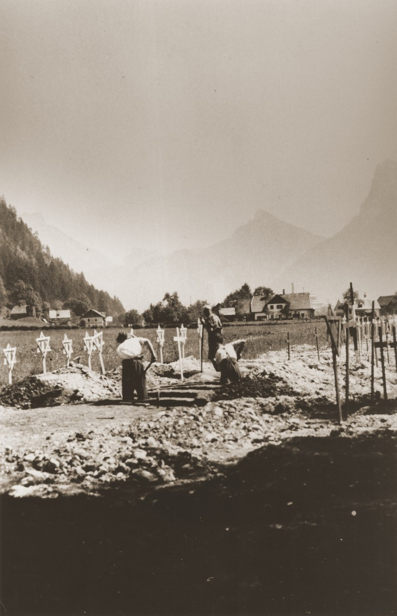 Austrian civilians bury the bodies of former prisoners of the Ebensee concentration camp.