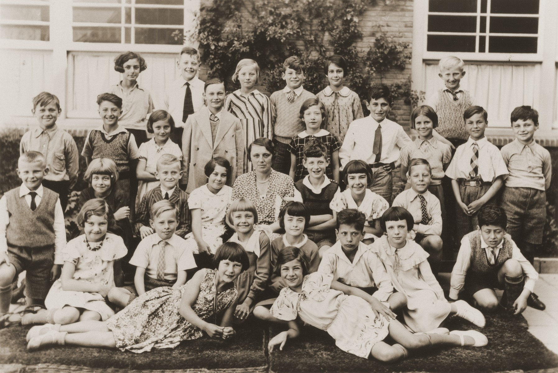Group portrait of an elementary school class in Amsterdam.  Nine-year-old Hilde Jacobsthal is pictured in the back row at the left.