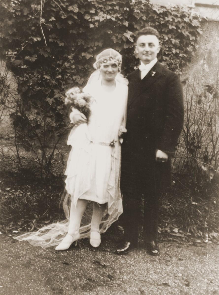 Wedding portrait of Albert and Flora (Vogel) Mendel.