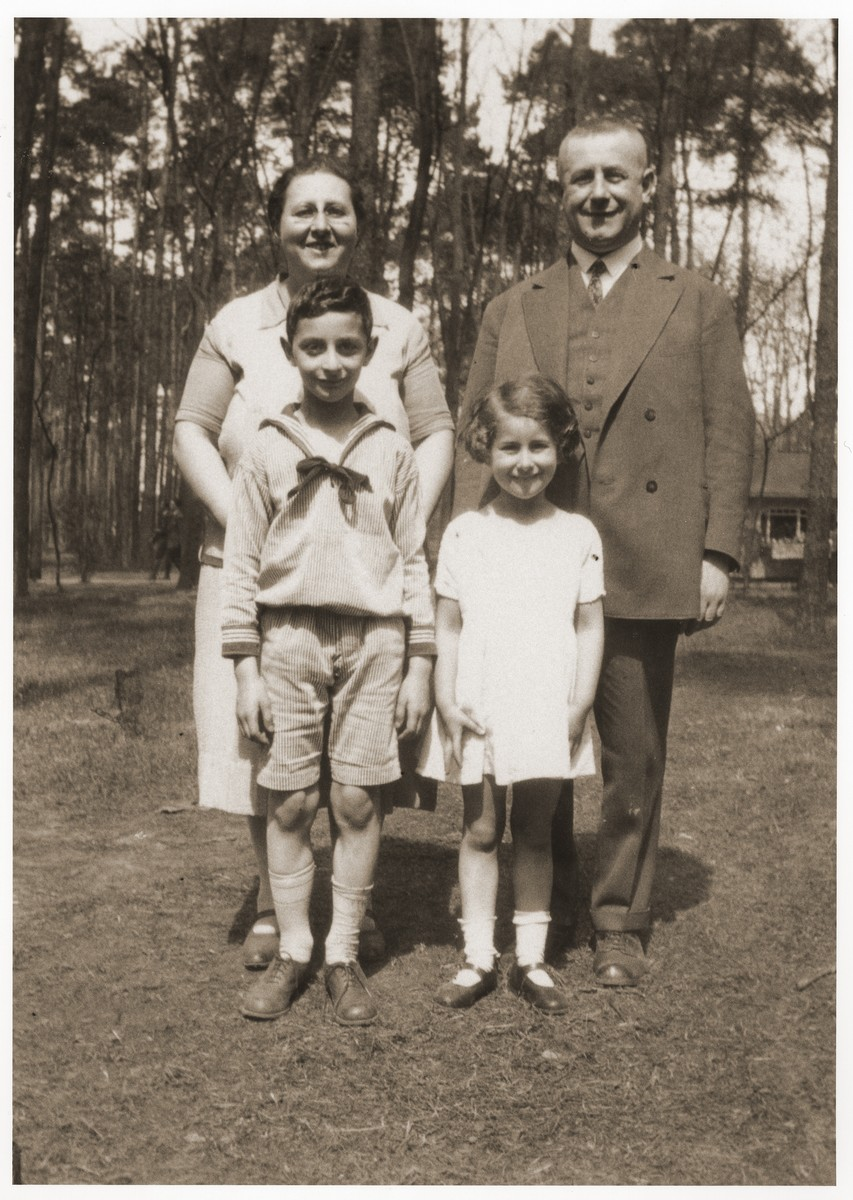 Family portrait of Julius and Ella Finke and their two children.