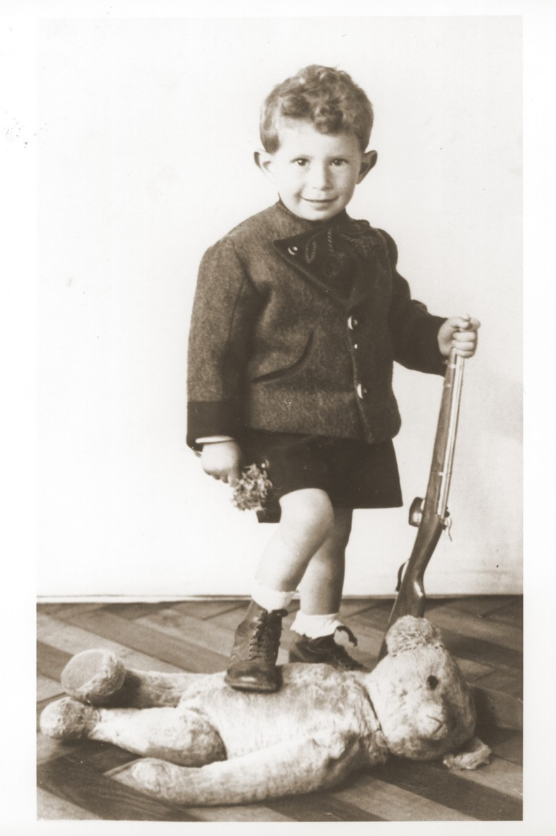 Portrait of Otto Littman, the son of Izio and Anda Littman, holding a toy rifle.  Pictured is the donor's cousin.