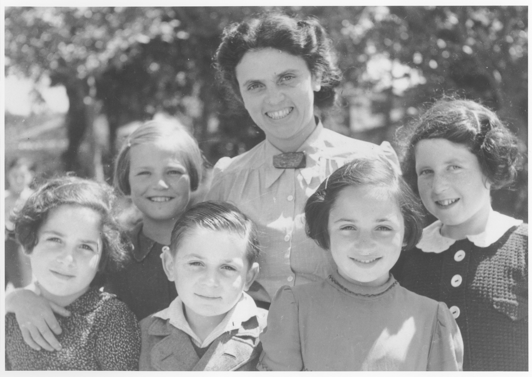 OSE relief worker, Andree Salomon, poses with a group of Jewish refugee children before their departure on a children's transport to the United States.  Pictured on the far right is Else Koller (now Fleischmann).