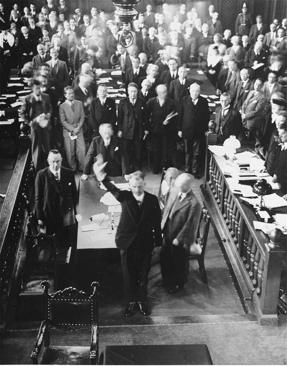Swearing in of the Dutch defense attorney, Stomps, on the second day of the Reichstag Fire trial.    Stomps applied for the defense of the main accused, Marinus van der Lubbe, but the defendant refused his services, stating he would defend himself alone.