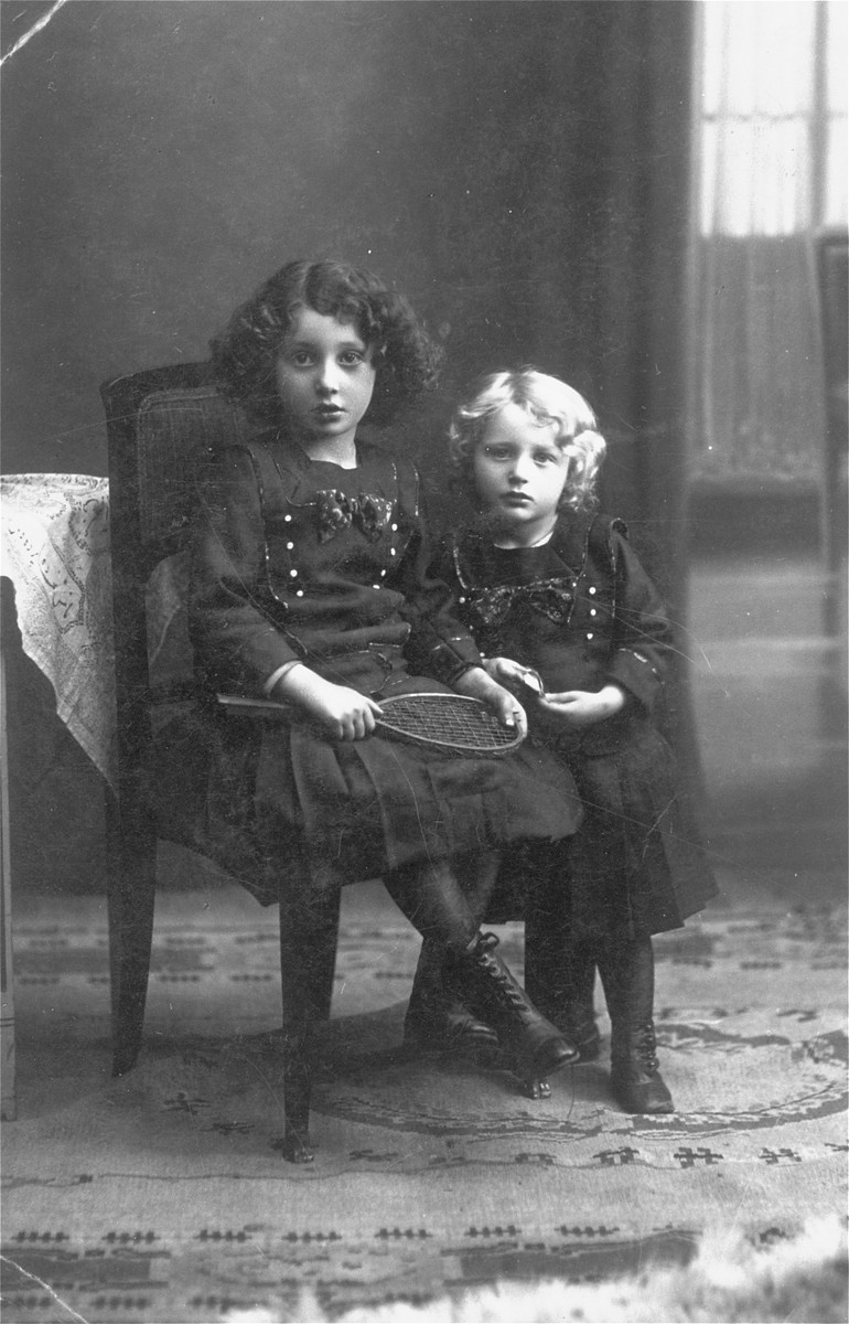 Portrait of Roza (left) and Rachel (Ruchcia) Rozen, the donor's sisters.  Rozia survived in the USSR, Ruchcia perished in the Warsaw ghetto.