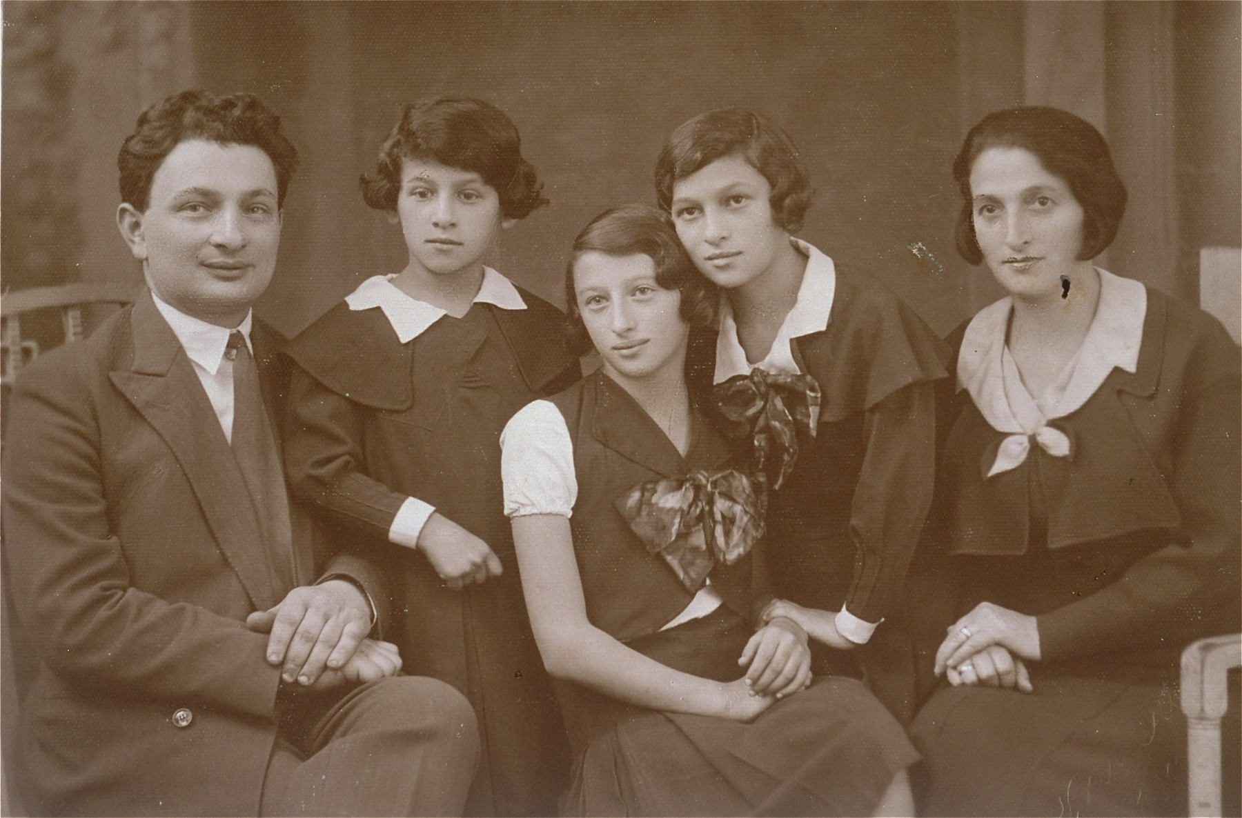 Portrait of the Wiernik family in Sosnowiec.  Pictured from left to right are: Szymon Avigdor, Chava, Mania and Chana, and Hinda (Kastenberg) Wiernik.