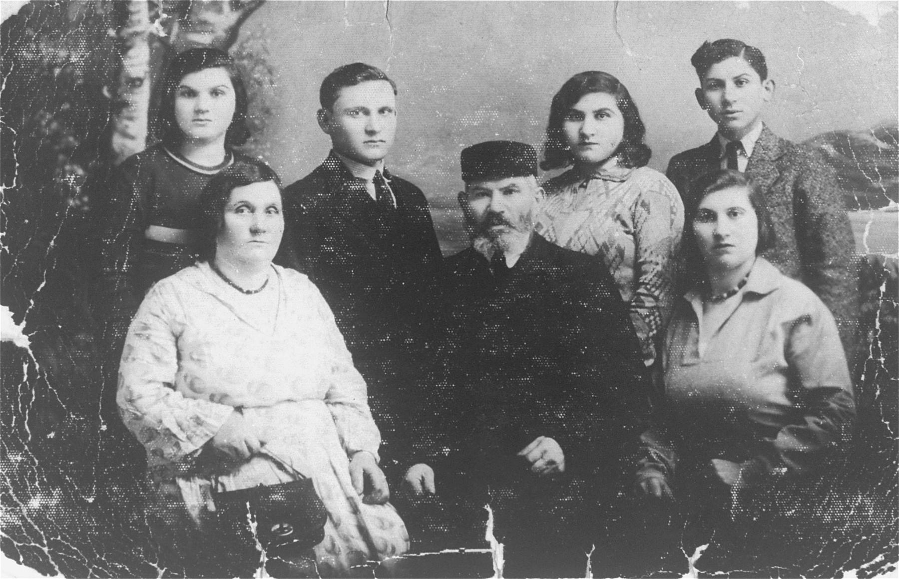 Portrait of the Jachimowicz family in Piotrkow Trybunalski.