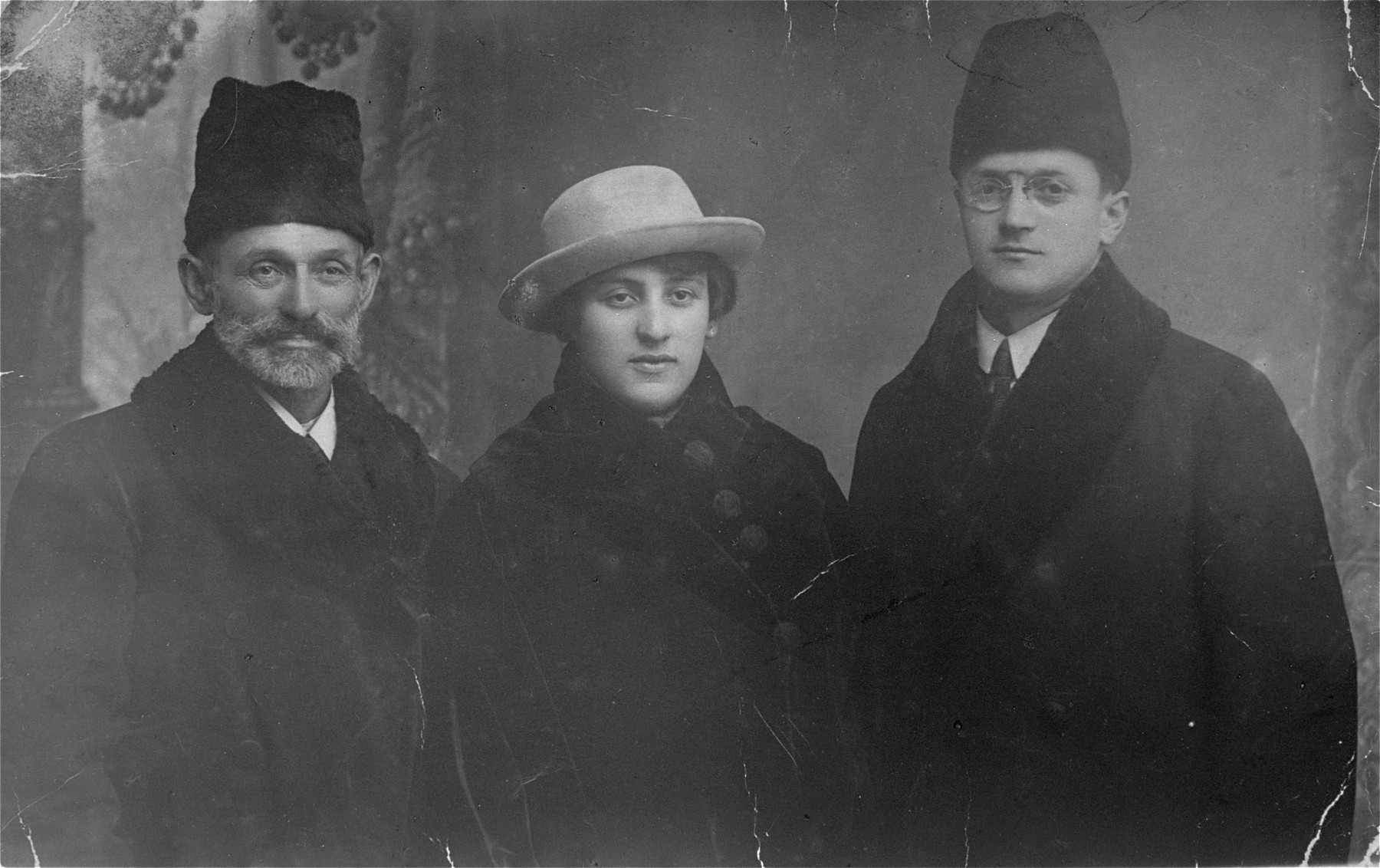 Chaim Borensztajn (left) poses with his daughter, Frymeta, and son-in-law, Lejbus Goldberg.