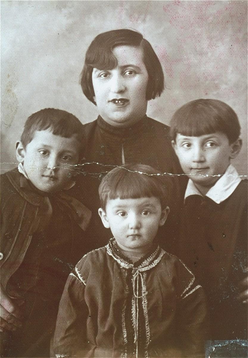 Passport photograph of Frymeta Goldberg and her three children: Rachela; Szlama and Ruda.