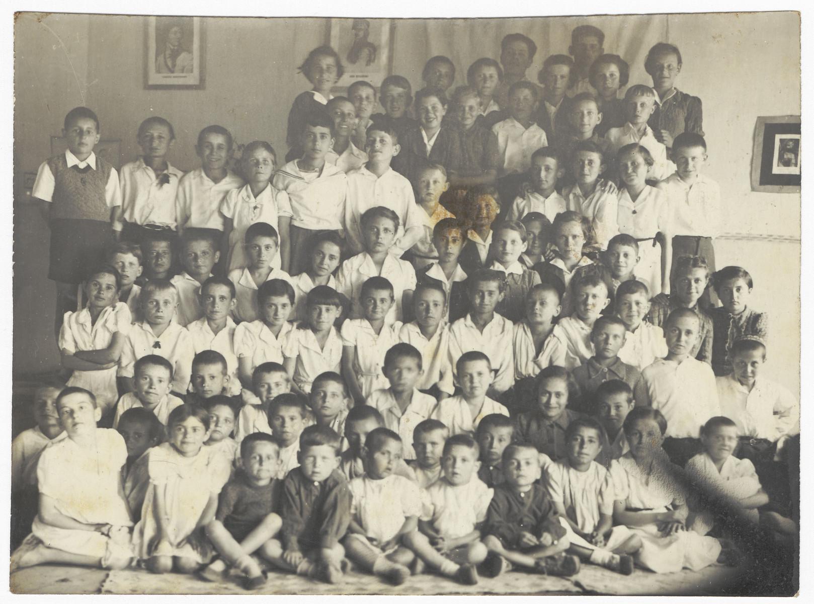 Group portrait of children, many of whom are Polish Jewish refugees, in a classroom in Andyzan, Uzbekistan.  Among those pictured are Alexander Shlachet, Janina Schlachet, Ludwik Flaszen, Irka Tzeder and Hania Grodzenka.