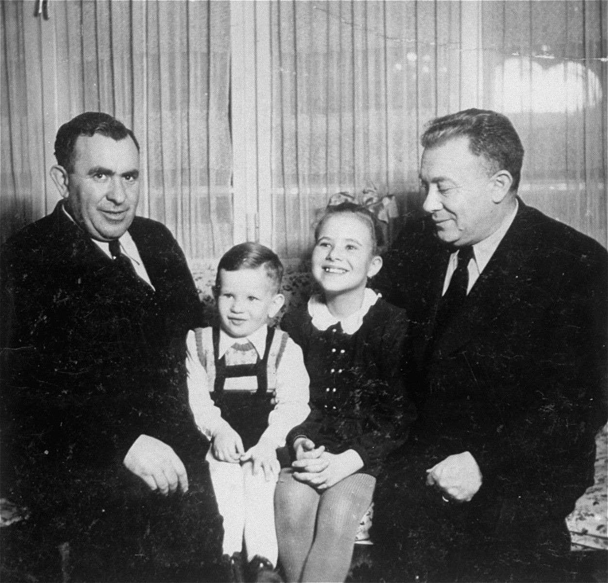 A few years after the end of the war, Lajos Muller returns to Czechoslovakia to visit the family of his eldest brother Dyula, still living in Sered.