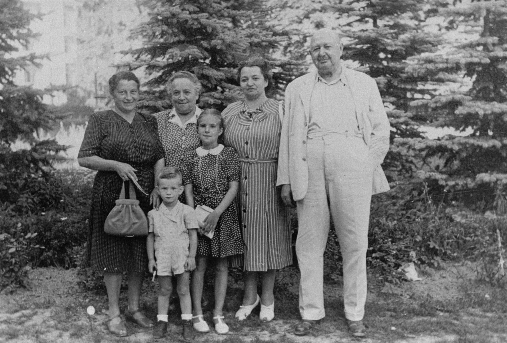 A few years after the end of the war, Magda Muller returns to Czechoslovakia to visit her parents and the family of her brother-in-law at a resort in Luhacovice.