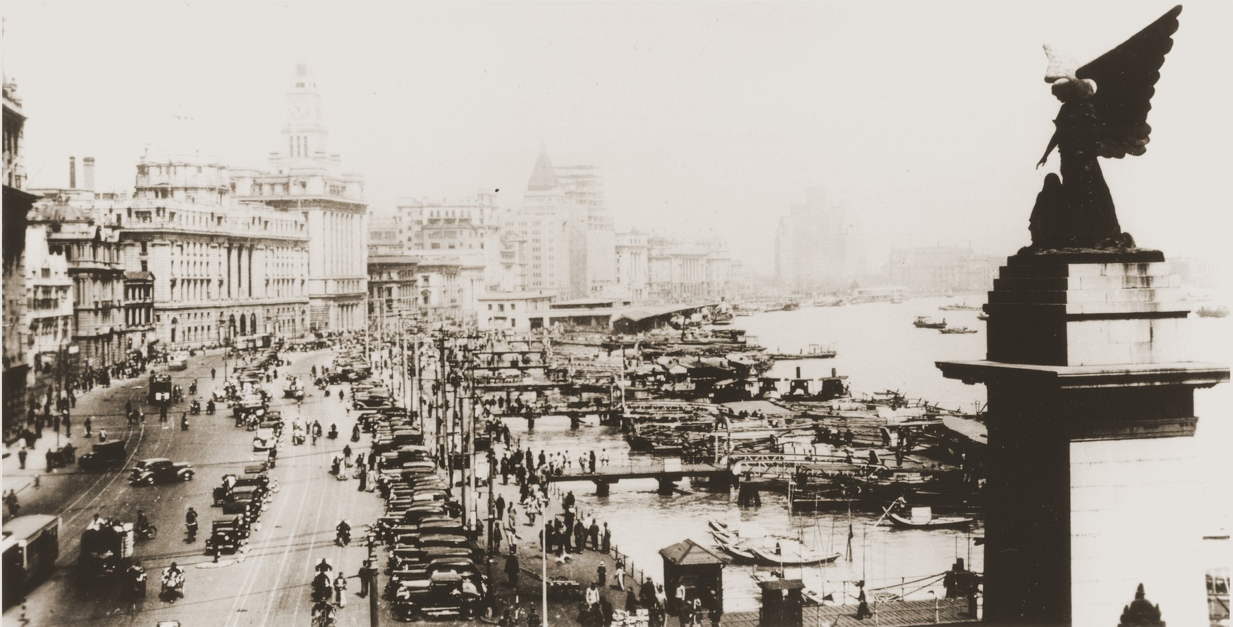 Picture postcard of the port of Shanghai along the Bund.