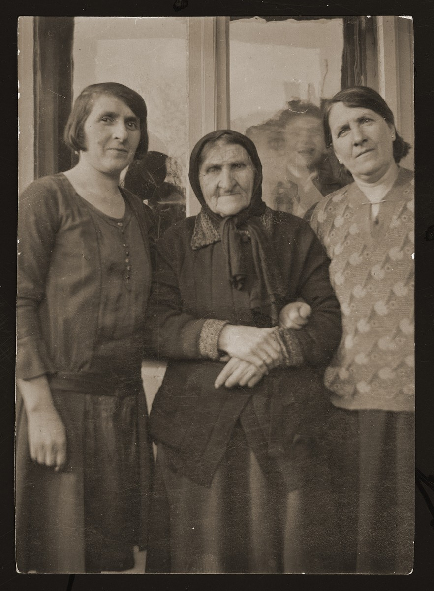 Portrait of Hinda Gartenberg with her daughters Anna Gartenberg and Regina Fern.