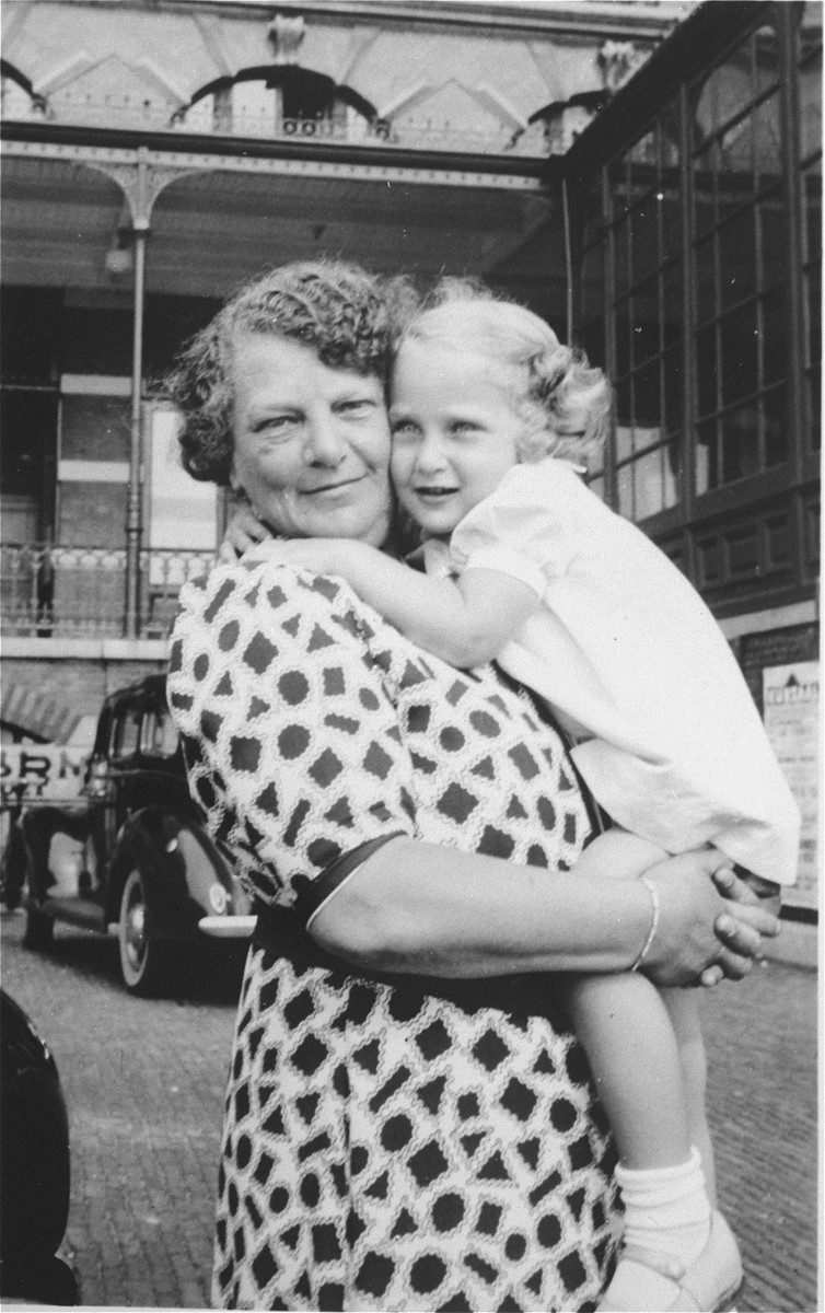 Portrait of Bertha Sluizer with her granddaughter, Yoka Verdoner.