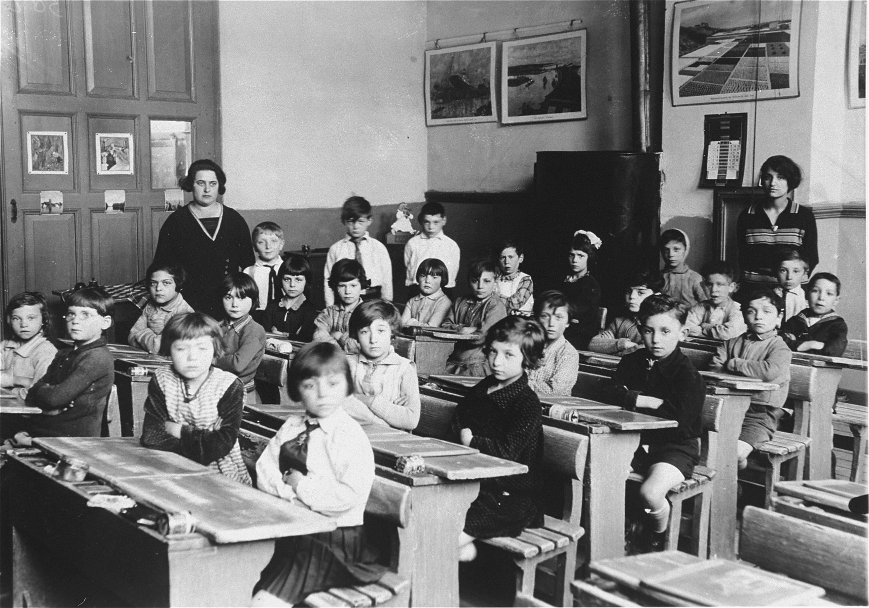 An elementary school class at a Jewish public school in Amsterdam.    The teacher is Estelle d'Ancona-Vieyra, mother of donor Hetty d'Ancona de Leeuwe.