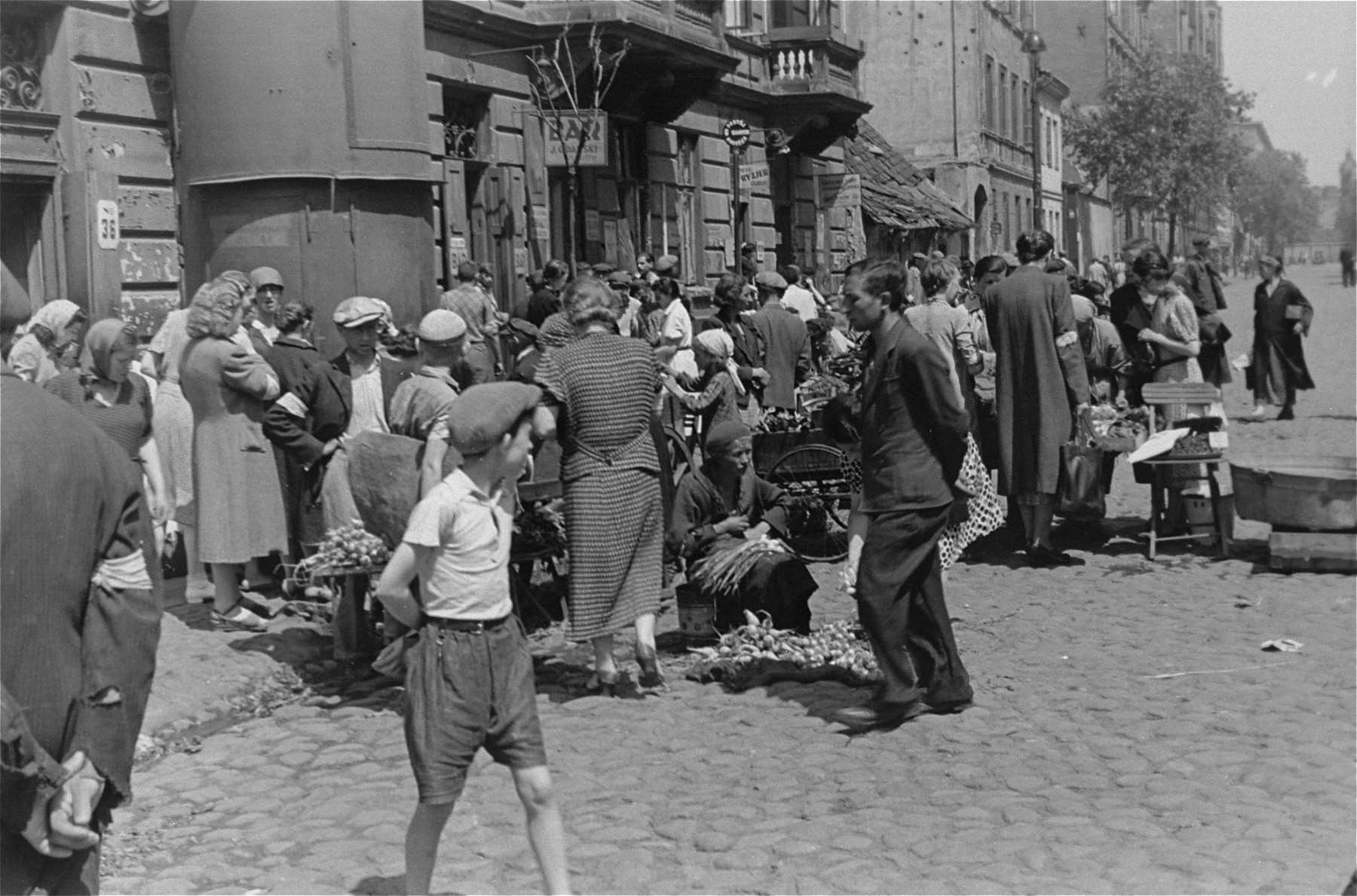 Jews purchase produce from street vendors in the Warsaw ghetto.