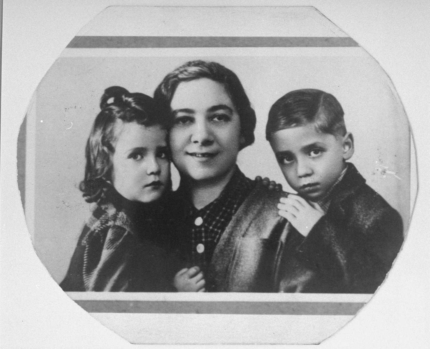 Portrait of Ita Guttman with her twin children Rene and Renate.