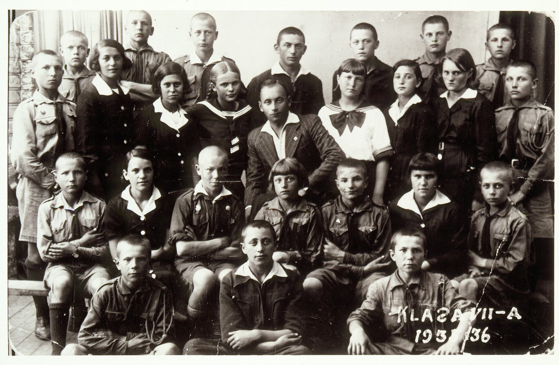 Group portrait of school children in Eisiskes.