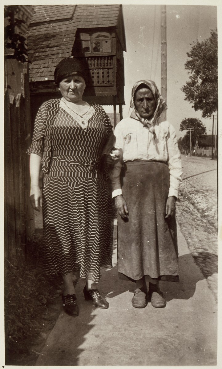 Annie Virshubski Foster visits her relatives in Eisiskes in August 1932.    Annie Foster is on the left. Miriam Michalowski a relative of her husband David Michalowski (Foster) is on the right.  Miriam was murdered in the September 1941 massacre.