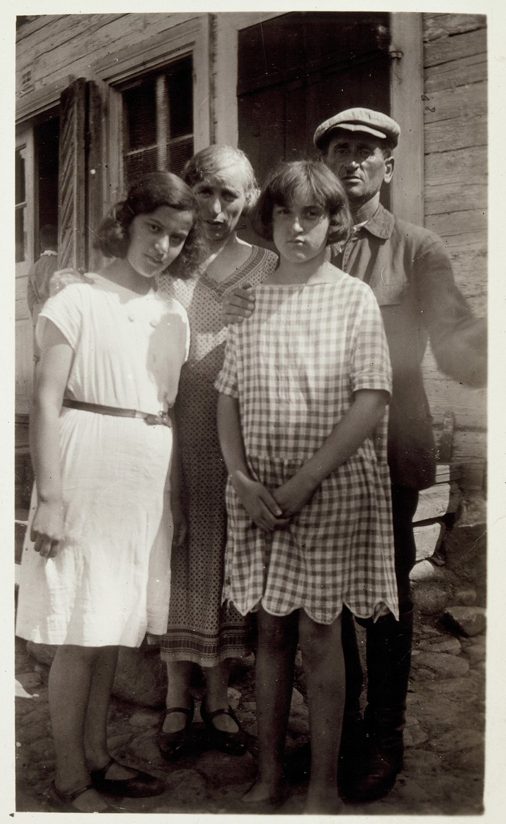The Michalowski family poses by their home in Eisiskes.    Standing in the back are Moshe Michalowski  and his wife Golda Narodwich Michalowski.  In the front from right to left are their daughters Rochl Michalowski and Chaya Leah. Rochl Michalowski survived the Holocaust and immigrated to America.  All the other people in the photo were murdered in the September 1941 massacre.