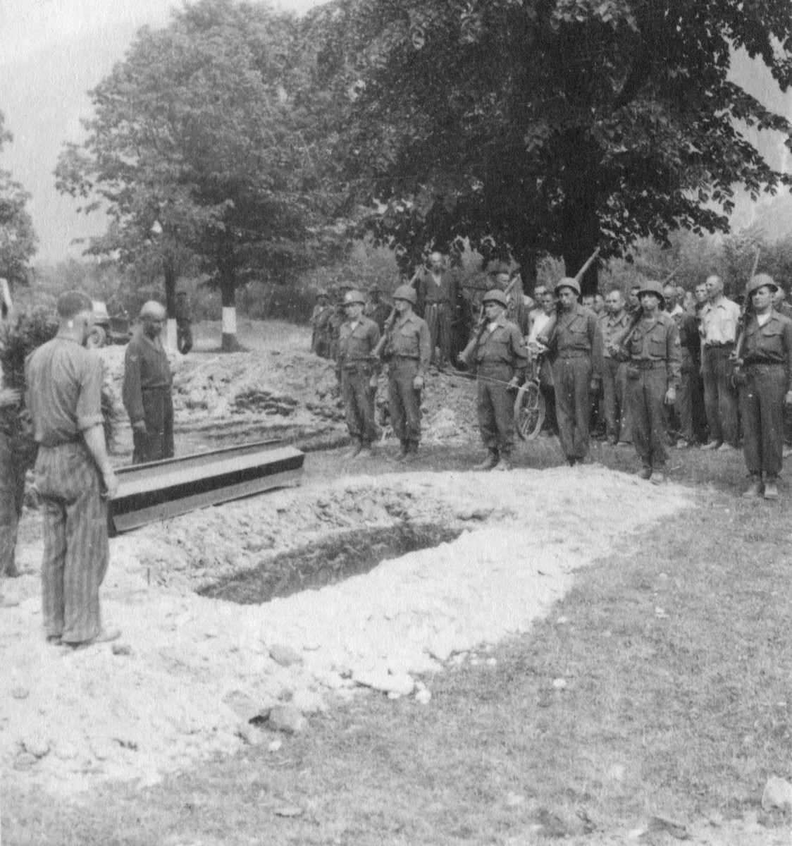 American soldiers provide a military burial for a Soviet colonel who had been imprisoned in Ebensee and died from tuberculosis.  Pictured from left to right are Kansas Fleming, Russell Pett, Ray Santos, Dick Pomante, and John Wright.