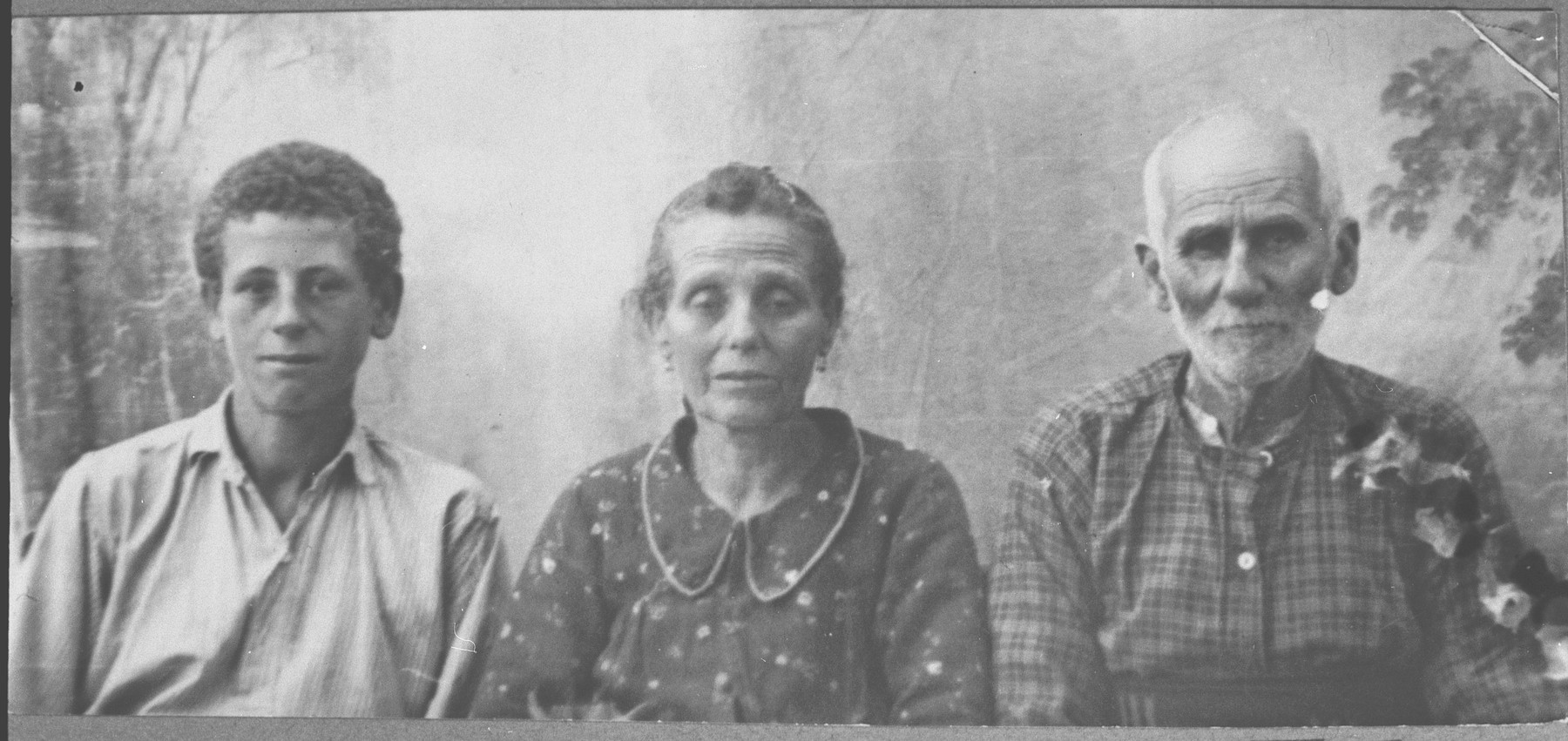 Portrait of Saba Ergas, his wife, Reina, and his son, Menachem.  Saba was a broommaker and Menachem, a student.  They lived at Karagoryeva 83 in Bitola.