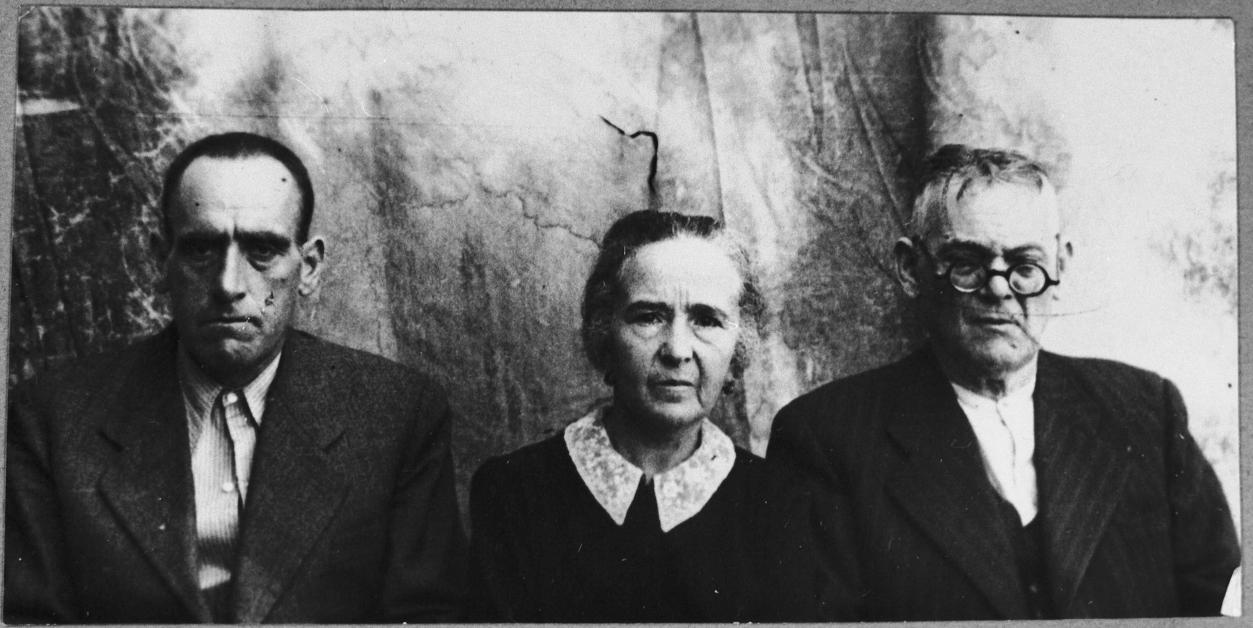 Portrait of Mushon Assael, his wife, Sara, and his son, Yosef.  They lived at Karagoryeva 50 in Bitola.