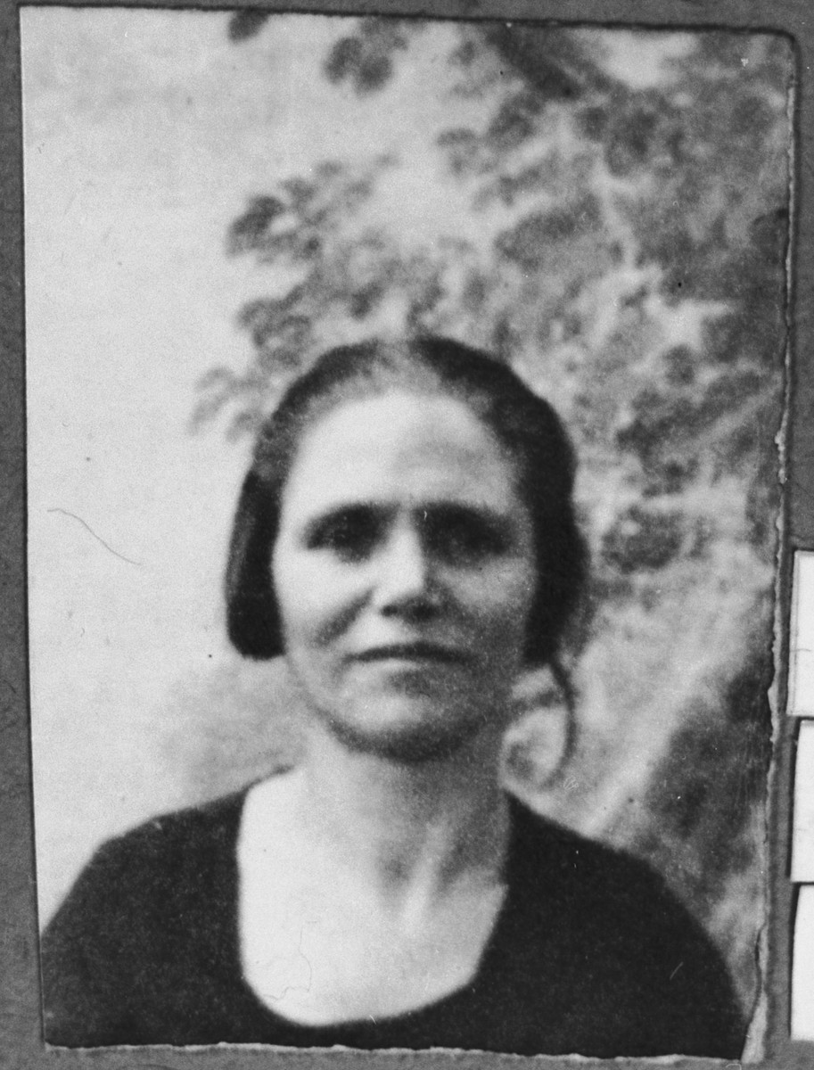 Portrait of Mato Aroesti, wife of Haim Aroesti.  She lived at Orizarska 8 in Bitola.