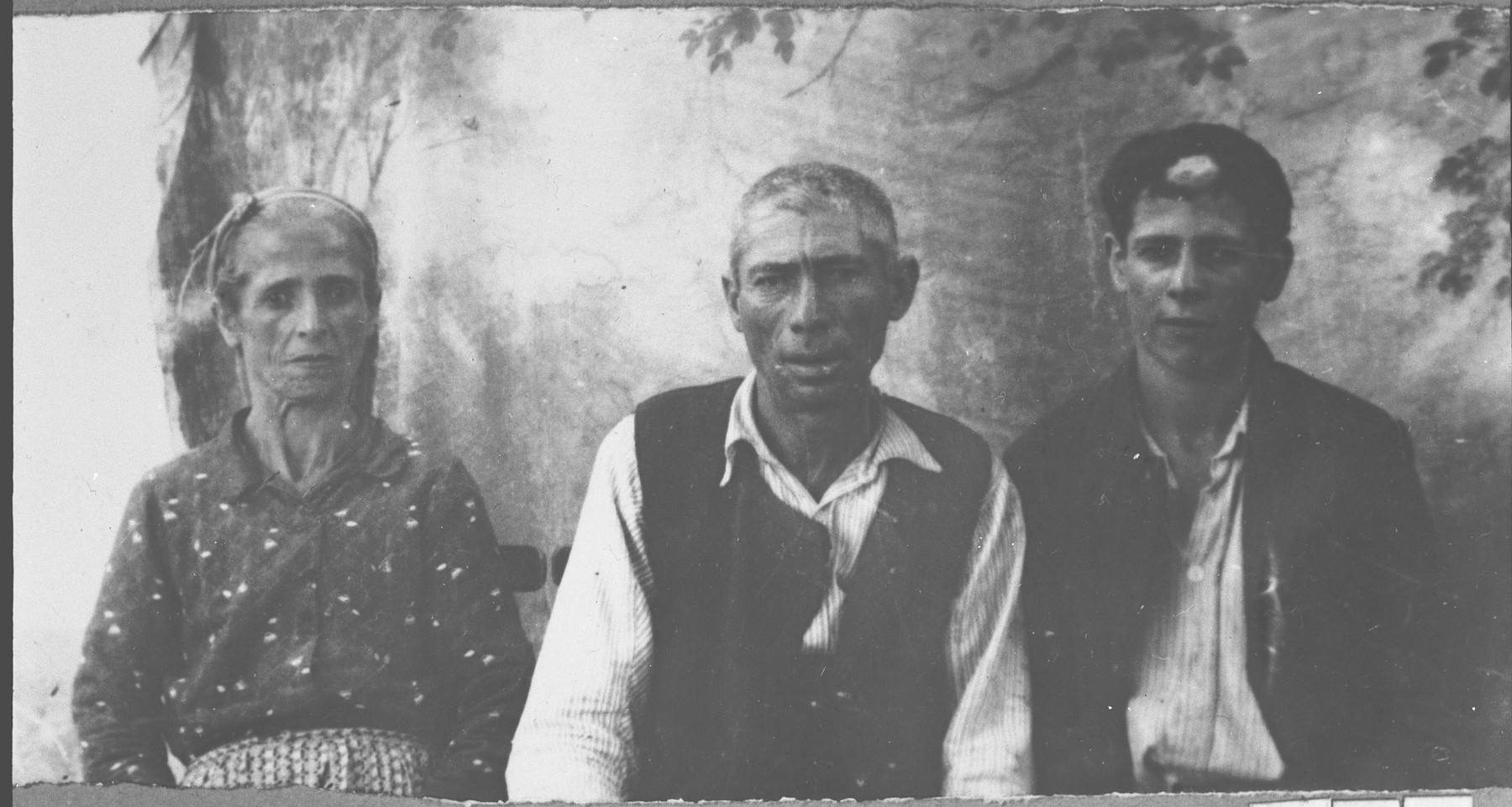 Portrait of Solomon Benjakar, his wife, Lia, and his son, Yosef.  Solomon was a handworker and Yosef, a student.  They lived at Punika 129 in Bitola.