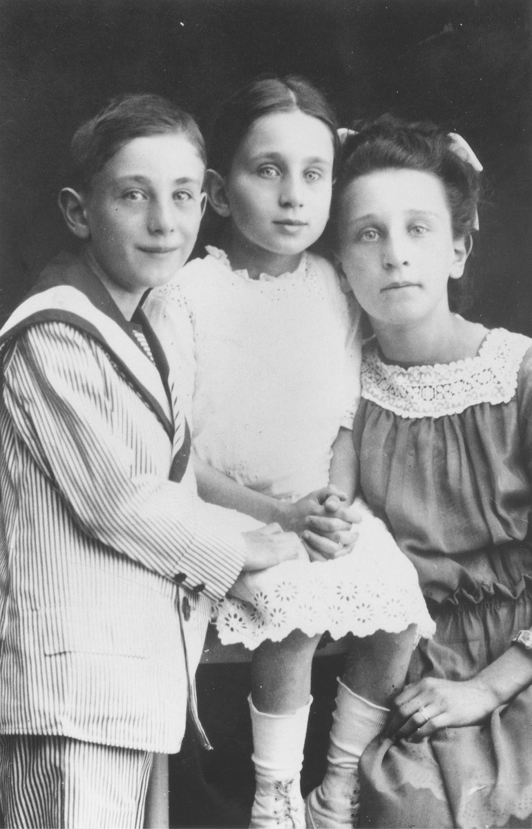 Herbert Mosheim with his sisters Hilde and Ilse.