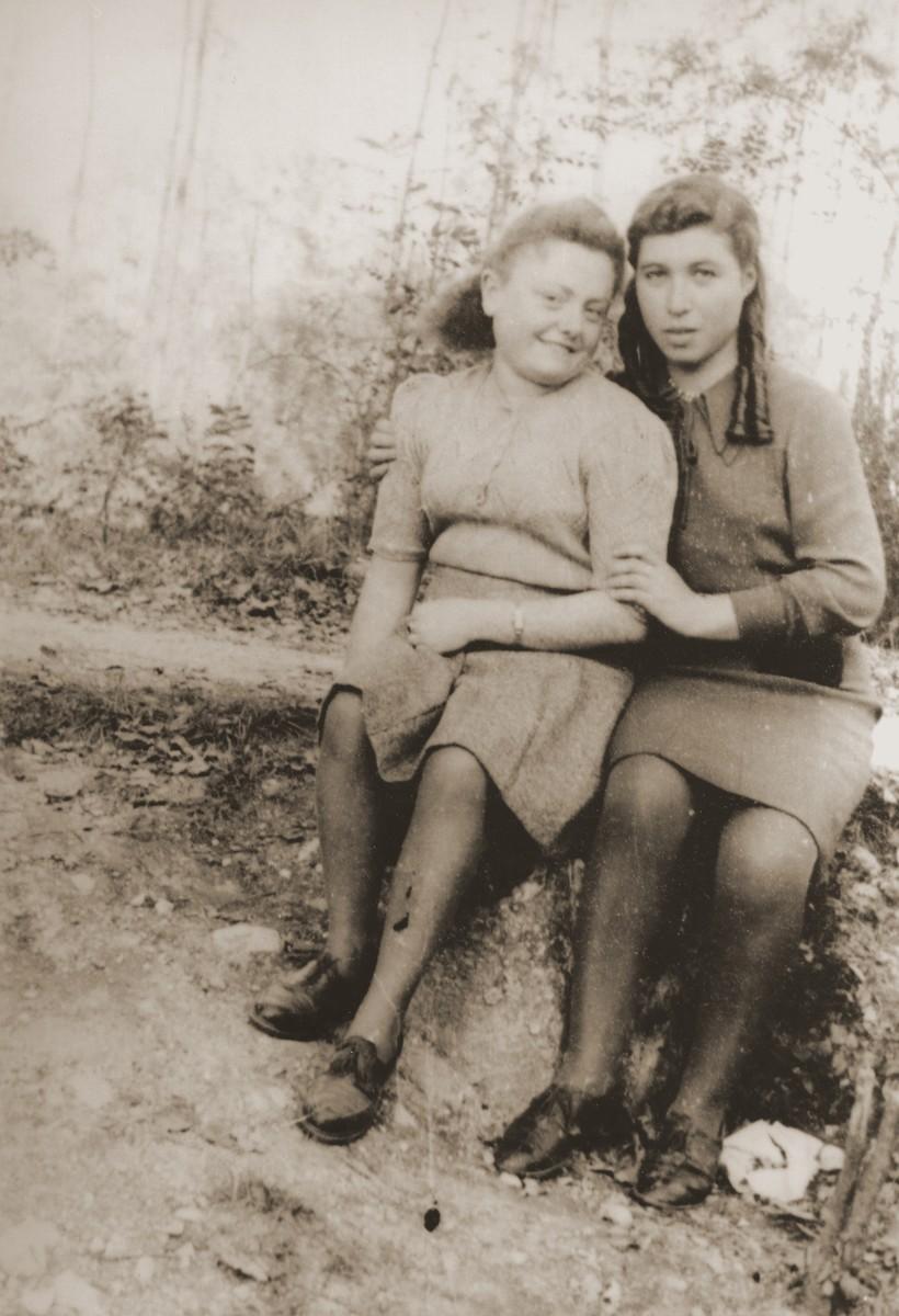 Rochelle Szklarski poses with her friend, Sara Cohen.