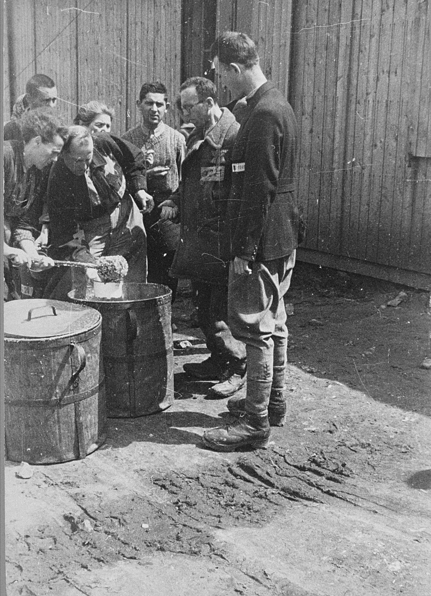 The distribution of food to prisoners in Plaszow.