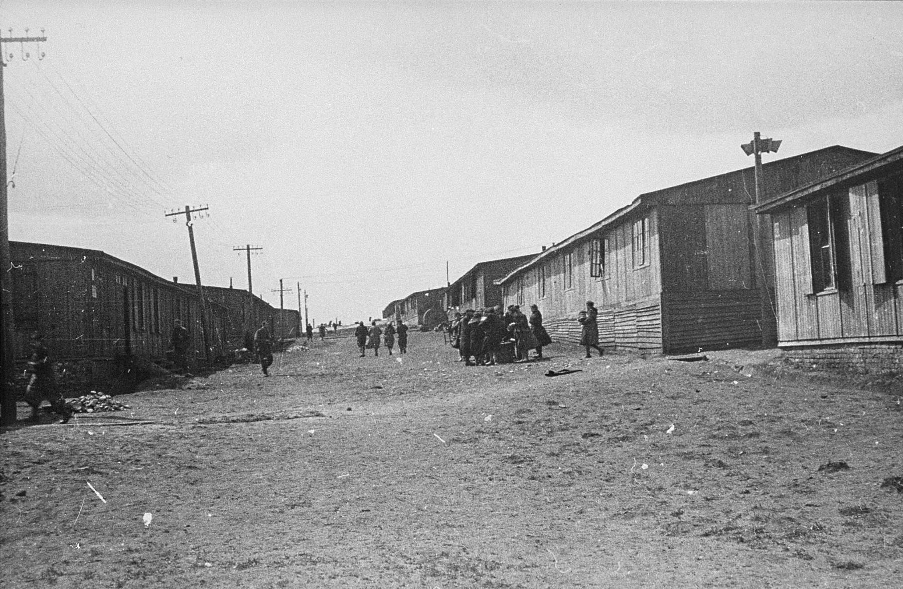 Jewish prisoners in Plaszow receive food.