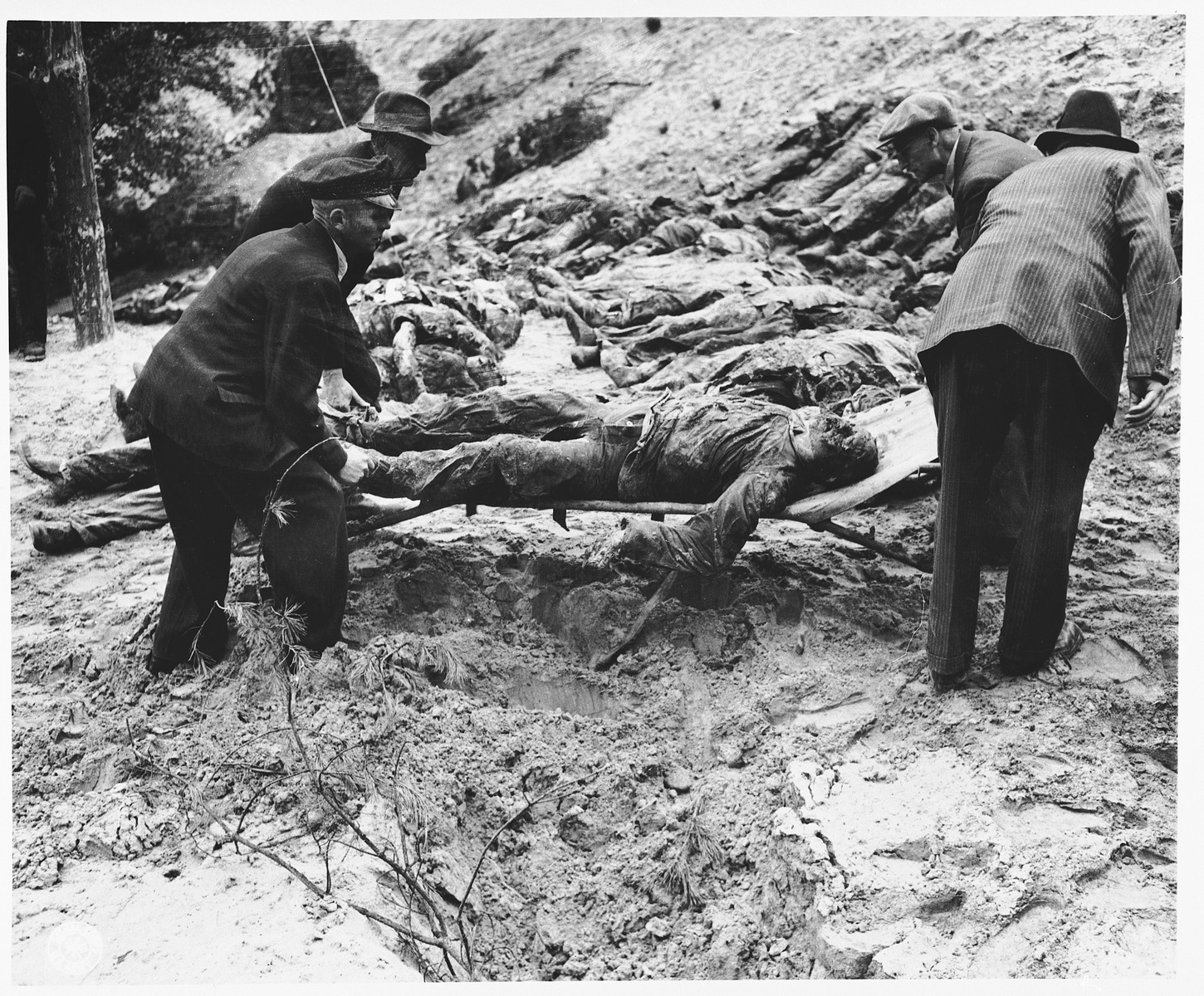 Under the supervision of American soldiers, German civilians exhume the bodies of 71 political prisoners from a mass grave on Wenzelnberg near Solingen-Ohligs.    The victims, most of whom were taken from Luettringhausen prison, were shot and buried by the Gestapo following orders to eliminate all Reich enemies just before the end of the war.