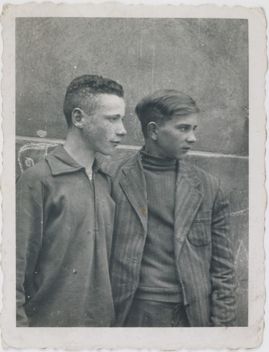Jan Kostanski (right) poses with Wladek Cykiert in the Warsaw ghetto.