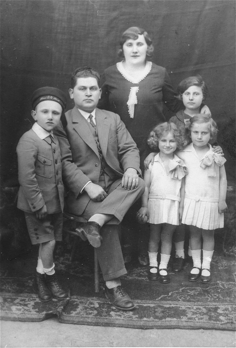 Portrait of the Ickovic family in Tacovo.    Pictured from left to right are: Ludvic, Abraham, Gizella, Frimet, Sheindy and Malvina Ickovic.