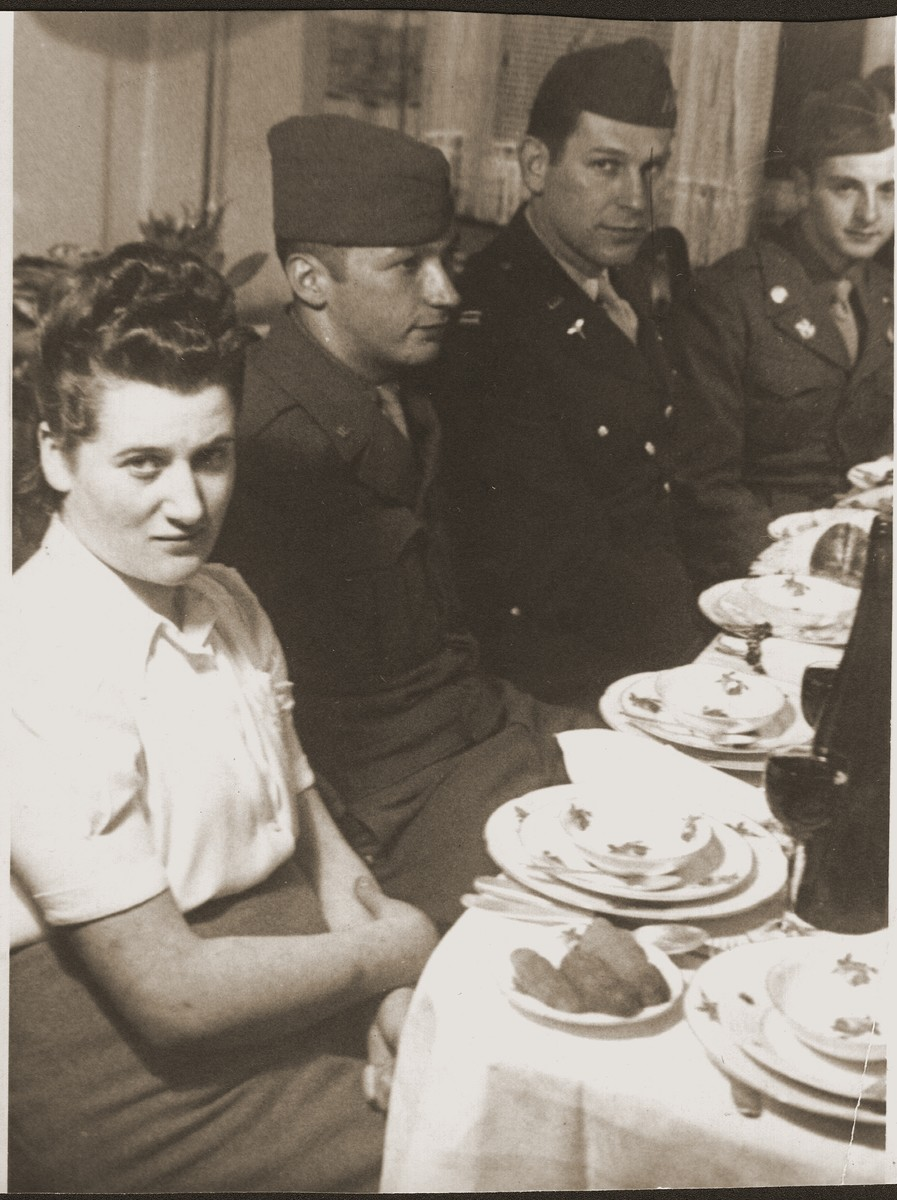 Hinda Chilewicz attends a Passover seder at the home of Mary Ganzweich in Bayreuth, 1946.