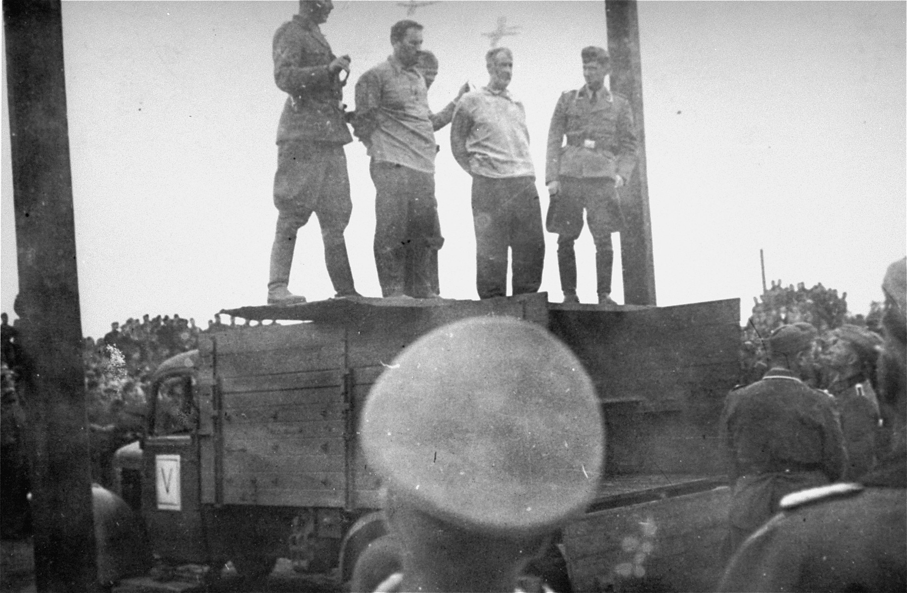 Two SD officers prepare to hang Mosche Kogan (left) and Wolf Kieper on the market square in Zhitomir.