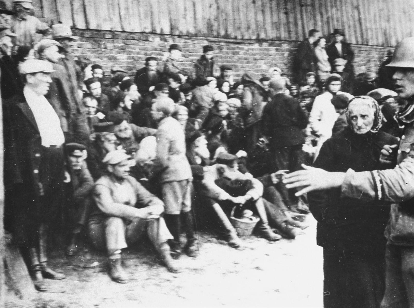 Round-up of Jews in Tomasow Mazowiecki.