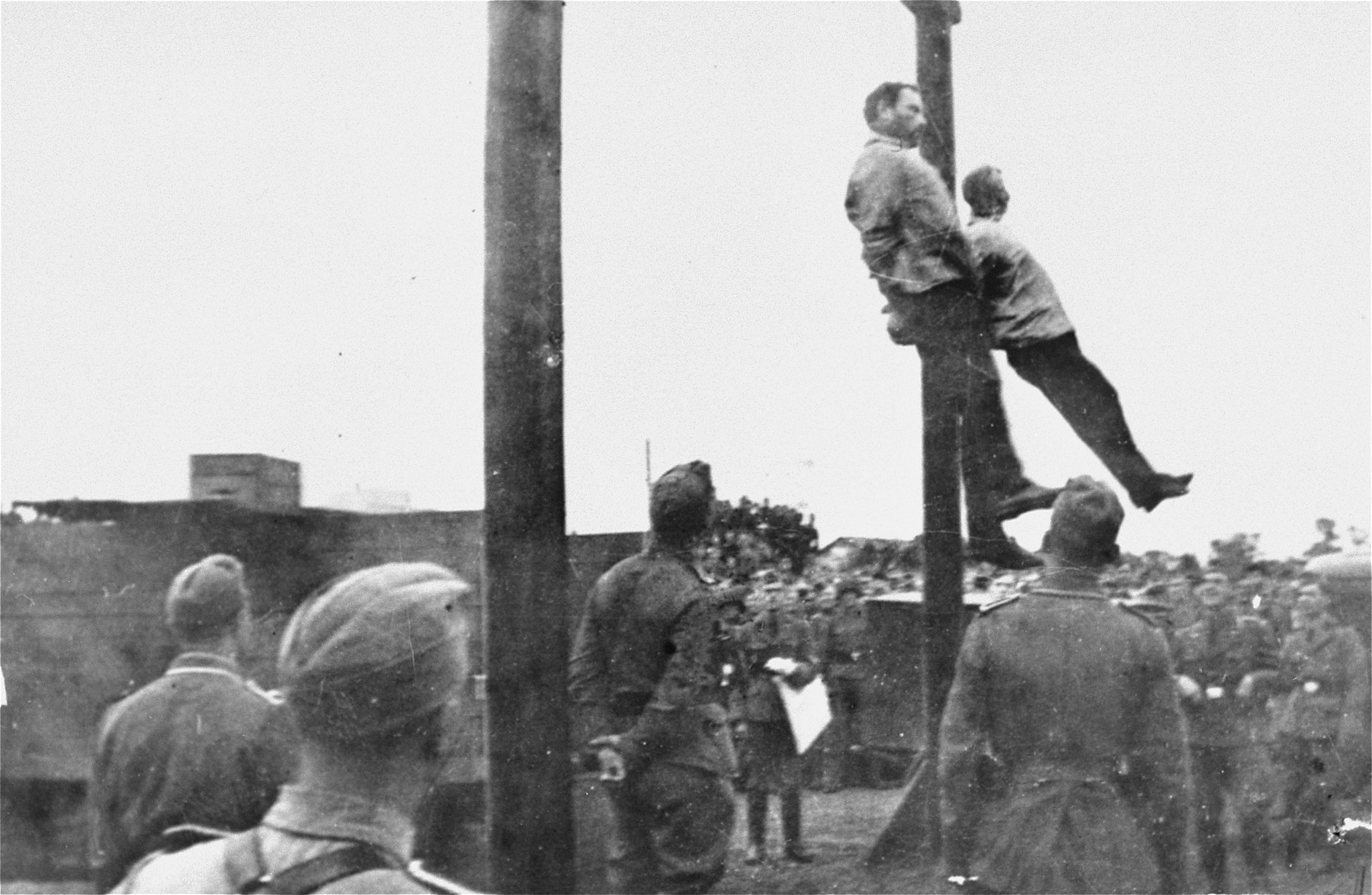 The hanging of Mosche Kogan (left) and Wolf Kieper on the market square in Zhitomir.