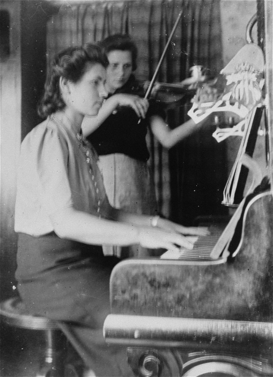 Hildegard (playing piano) and Annemarie Kusserow in the family home in Bad Lippspringe.