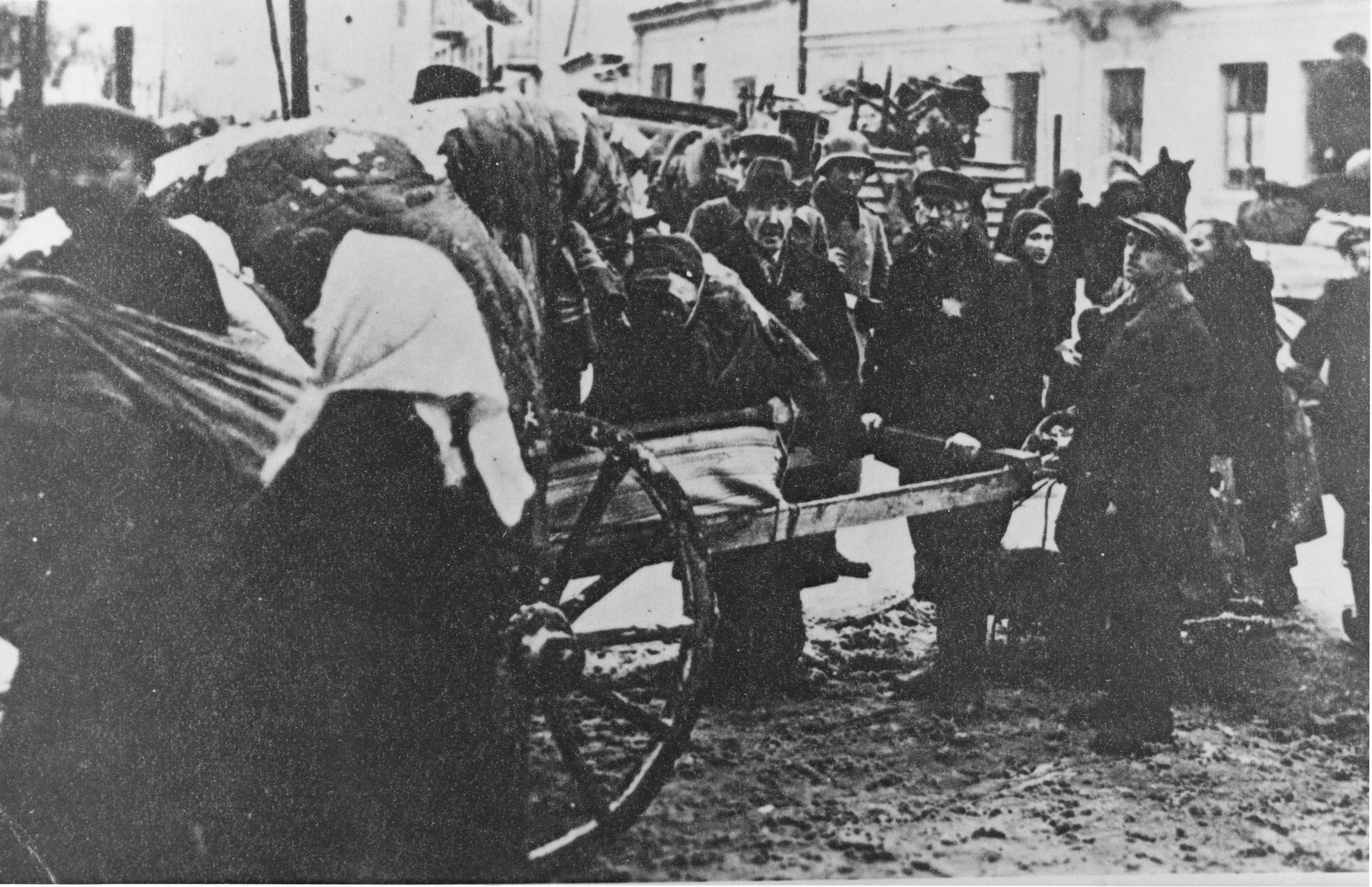 Jews move their belongings into the Grodno ghetto.