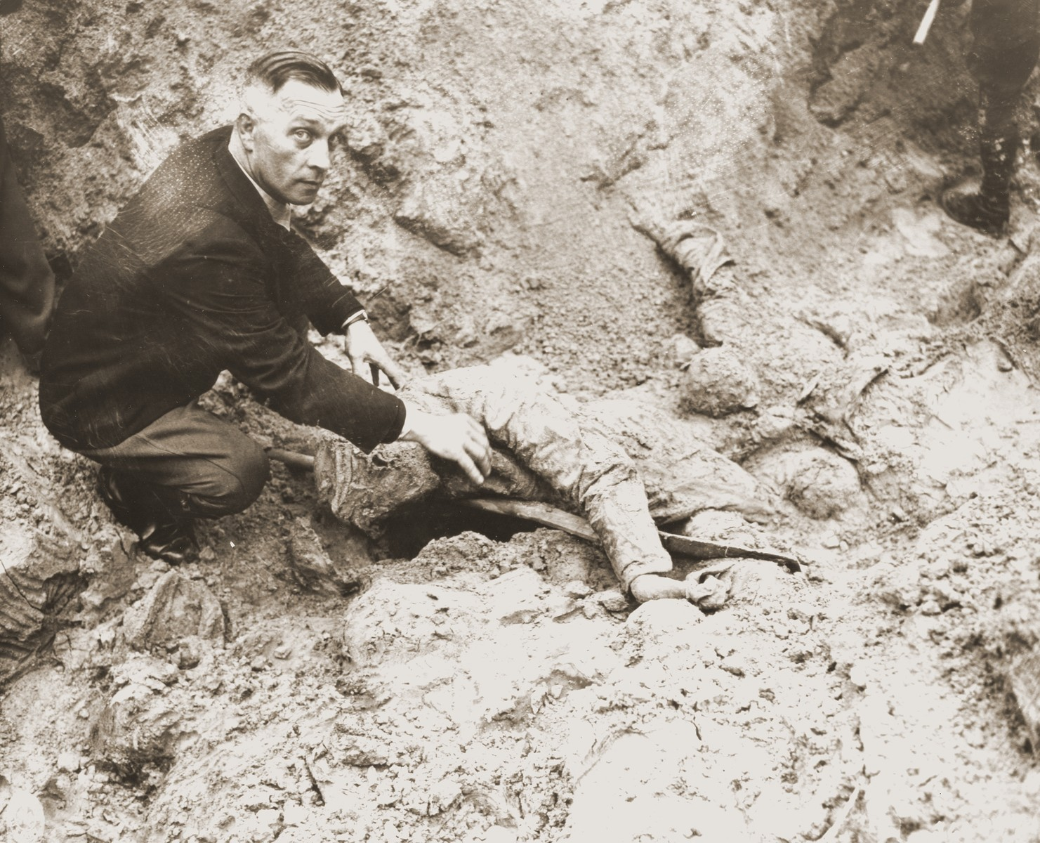 Handry Hundblut, formerly a major in the SA and wartime tank commandant, exhumes the body of one of 71 political prisoners from a mass grave on Wenzelnberg near Solingen-Ohligs.    The victims, most of whom were taken from Luettringhausen prison, were shot and buried by the Gestapo following orders to eliminate all Reich enemies just before the end of the war.