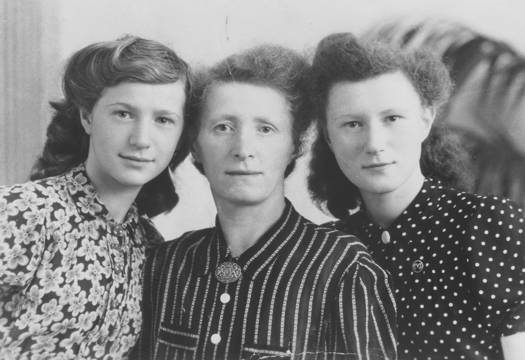 Portrait of a Dutch Jewish woman with her two daughters in the Westerbork transit camp.  Pictured are Gisela Zimet (center) with her two daughters, Salla (left) and Minna (right).