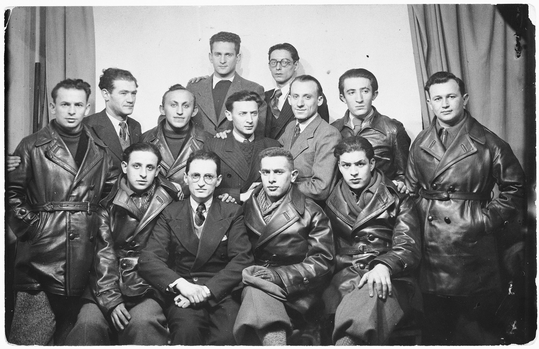 Members of Poale Zion who volunteered to fight in the Spanish Civil War. Not all ended up going to Spain.  Among those pictured  (first row, left to right) are Roman, David Frydman, Rotholz, and unidentified.  Middle row: Lipskind, Weintraub, Rassner, Szmulek Zalcman, Kalman Aronowitz, and unidentified.  Back row: Koifman and Paul Drokurt.  David Frydman later became a member of the Central Committee for the Defense of the Jews in France.