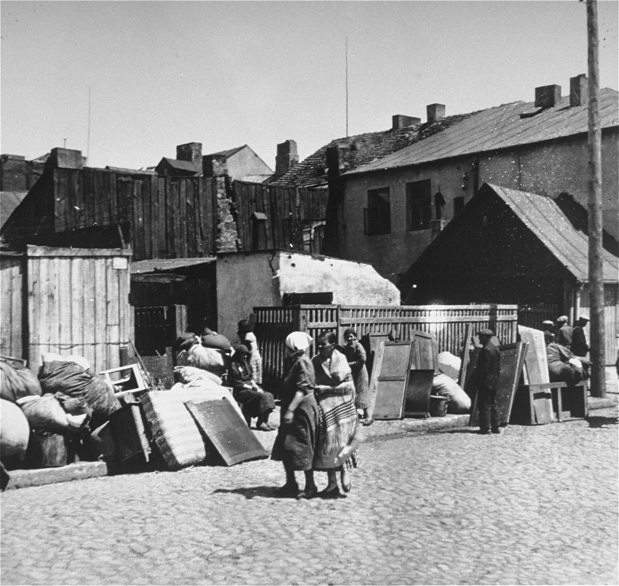 Jews move their belongings to the Kutno ghetto.