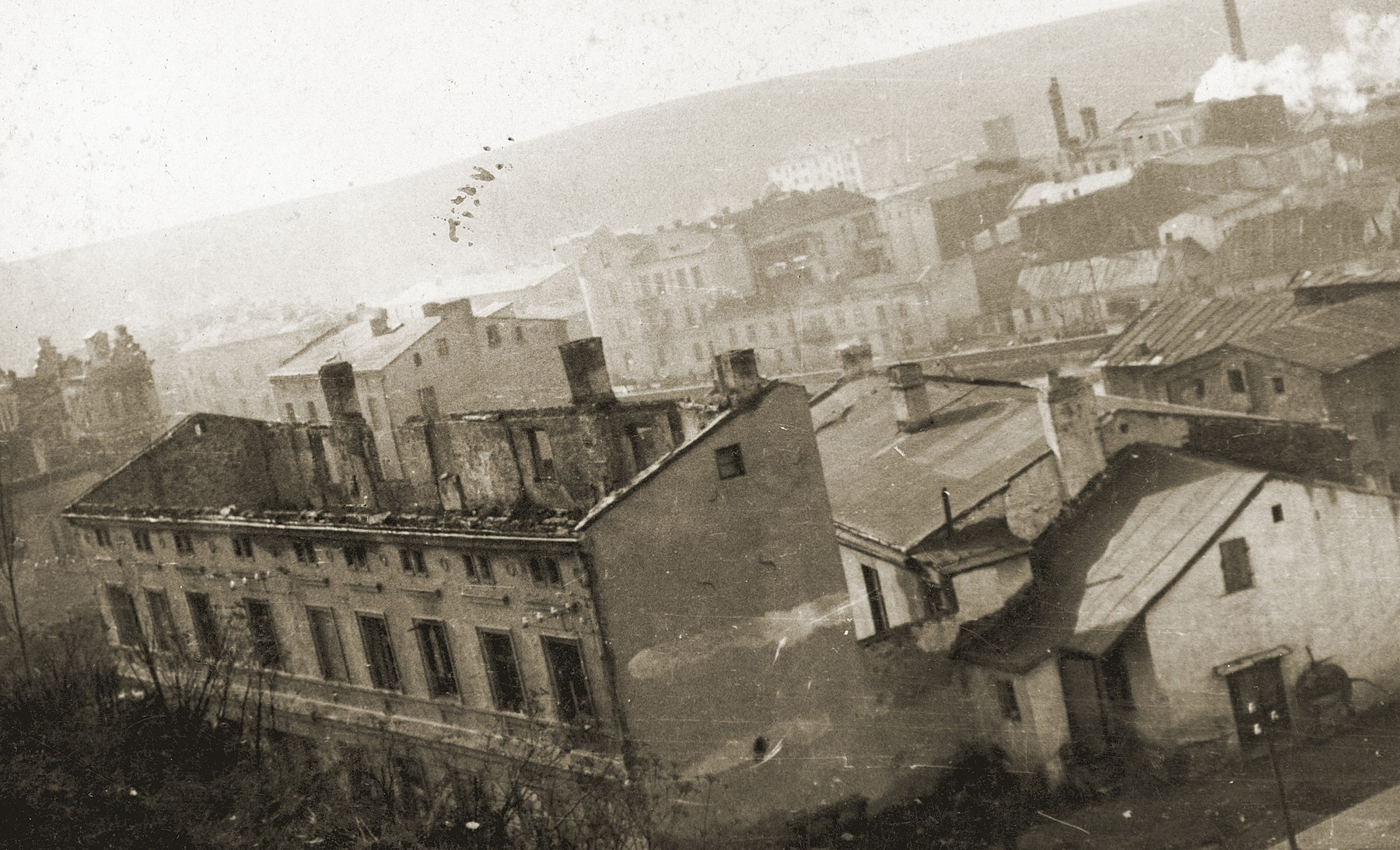 View of the destroyed apartment house on Zamkowska Street where the Hershkowitz family used to live.